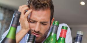 Продолжать пить при похмелье категорически нельзя