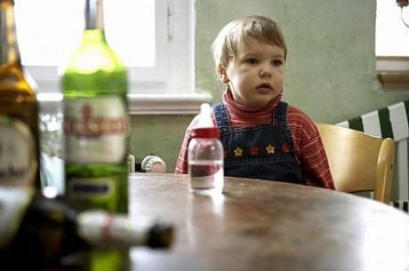 Ребенку опасно оставаться в семье алкоголиков