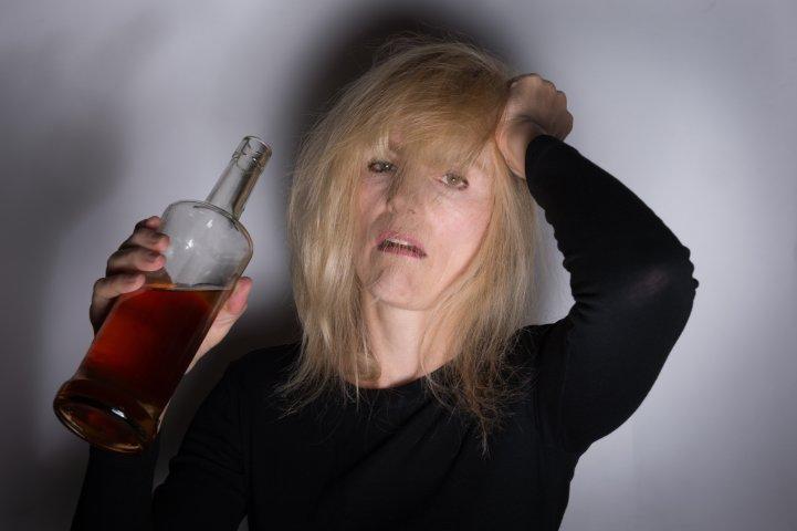 Винный алкоголизм: опасность, симптомы, последствия и лечение